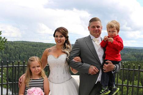 Lotalla ja Samilla on yksi yhteinen lapsi, Joel-poika. Vasemmalla kuvassa oleva Juulia on Lotan tytär tämän aikaisemmasta liitosta. Perheeseen kuuluu lisäksi Samin kaksi aiemmasta liitosta olevaa lasta.