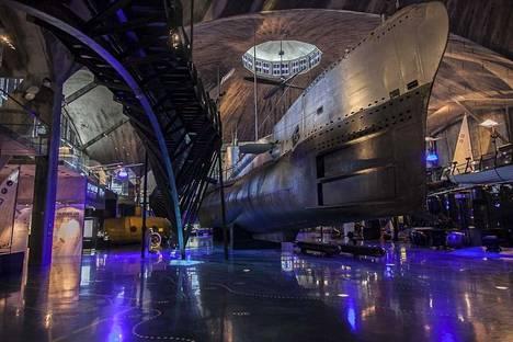Viron merimuseon Lentosatama-näyttelyssä Mikkilä suosittelee käymään, vaikkei merenkulku kiinnostaisikaan. Mikkilä kertoo näyttelyn olevan mitä visuaalisin.