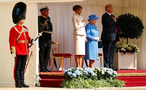 Vieraita tervehti Windsorin linnalla sotilassoittokunta.