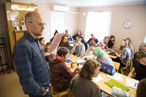 Ruotsalainen rauhanaktivisti Pelle Sunvisson puhui leiriläisille.