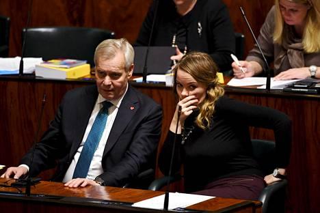 Pääministeri Antti Rinne saapui eduskuntaan Brysselistä. Keskustan puheenjohtaja Katri Kulmuni seurasi keskustelua hetken pääministerin vierellä.