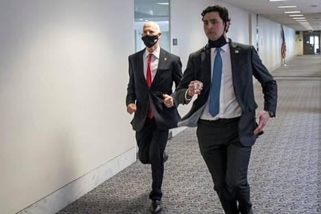 Republikaanisenaattori Rick Scott pakeni juoksuaskelin turvapaikkaan kongressin henkilökunnan jäsenen kanssa keskiviikkona.