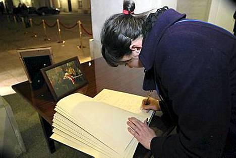 Presidentinlinnan pihalla on muistokirja jäähyväisiä varten.