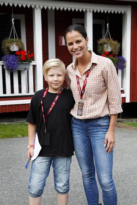 11-vuotias Luca Vuorinen sai Satu Aarniolta nimmarin. –Ensimmäisen kerran sain kirjoittaa nimmarin uudella sukunimelläni, Satu Aarnio sanoi.