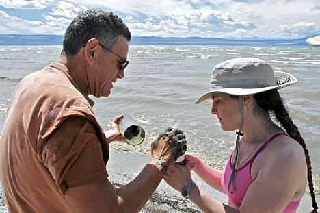 Tohtori Ronald Oremland (vasemmalla ja tohtori Felisa Wolfe-Simon tutkivat Nasan tekemiä löydöksiä.