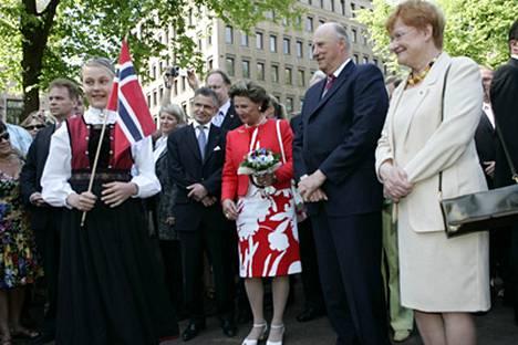Norjan kuningaspari ja presidentti Halonen puolisoineen jalkautuivat tänään kansan pariin Esplanadin puistoon Helsingissä.