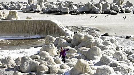 Mustanmeren ranta on jäässä Constantassa Romaniassa.