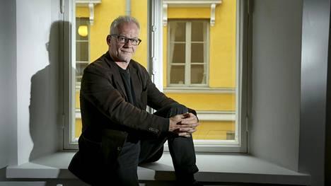 Thierry Frémaux seuloo Cannesin elokuvajuhlien virallisten esityssarjojen elokuvat vuosittain noin 1800 elokuvan joukosta.