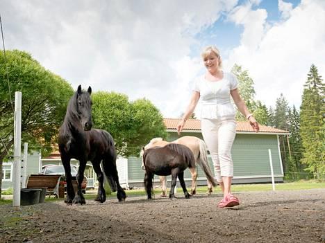 Entinen heppatyttö palasi hevosten pariin lasten kasvettua.
