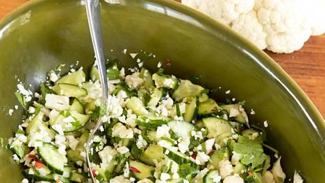 Kukkakaal-kurkkusalaatti sopii loistavasti muun muassa grilliruokien kylkeen.