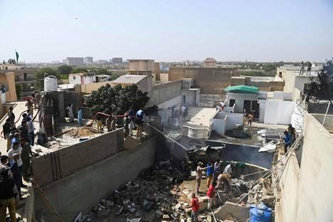 Kone putosi asuinalueelle miljoonakaupunki Karachissa Etelä-Pakistanissa.