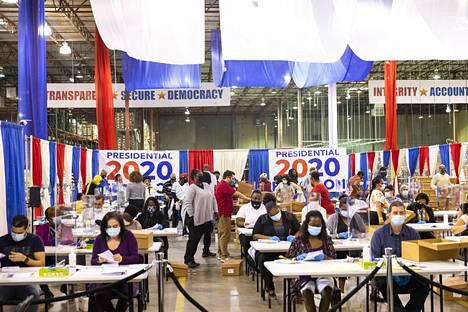 Palm Beachin vaalilautakunta on pyrkinyt välttämään ääntenlaskuun liittyvät ongelmat muun muassa hnkilöstön määrää lisäämällä.