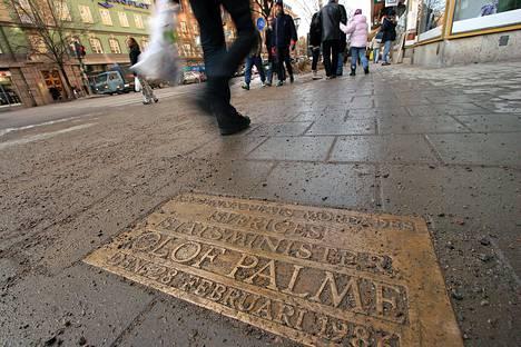 Olof Palmen murhapaikalla Sveavägenillä on nykyään muistokyltti.