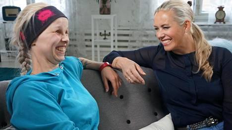 """Henna ja ohjelman juontaja Anne Kukkohovi sopivat illan jaksossa polttavansa Hennan päähän """"juurtuneen"""" huivin."""