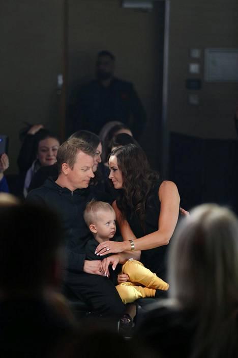 Minttu, Kimi ja Robin Räikkönen Gugguu-lastenvaatemerkin muotinäytöksessä keväällä 2018.