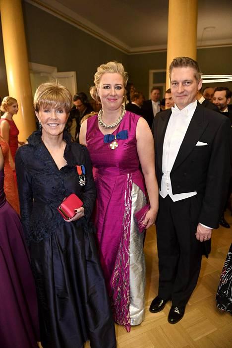 Toimittaja Helena Petäistö (vas.), kansanedustaja Jutta Urpilainen ja Juha Mustonen.
