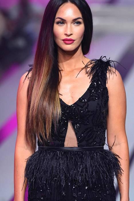 Tumma ja kiiltävä tukka on Meganin tavaramerkki.