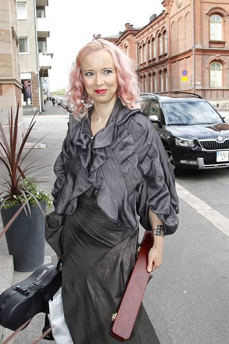 Elonkerjuun Johanna Koivu esiintyi hääjuhlassa, jossa häävalssiksi oli valittu supisuomalainen Akselin ja Elinan häävalssi.