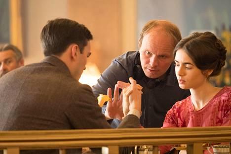 Dome Karukoski pyrki tuomaan Tolkienin tuotantoon henkeä, jossa kaikki ovat osa samaa perhettä. Elokuvan tärkeimpiä hetkiä on kahvilakohtaus, jossa Nicholas Hoult ja Lily Collins kiistelevät sanojen merkityksistä.