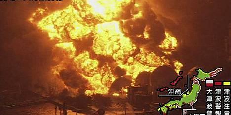 Öljynjalostamo palaa Ishiharassa.