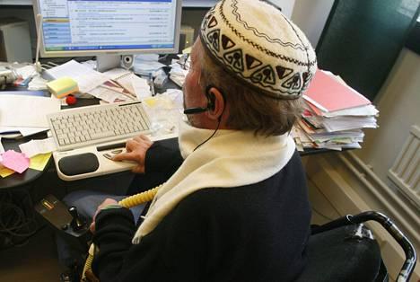 Kynnys Ry:n puheenjohtaja Kalle Könkkölä käyttää tietokoneessaan puolet tavallista pienempää näppäimistöä, ja erikoismallista sauvahiirtä. Suurimpia ongelmia netin käytössä on näkövammaisilla.