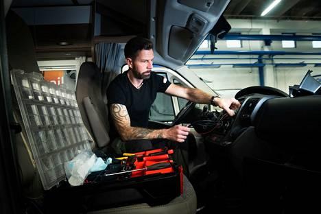 Pienestä pitäen autojen ja moottoripyörien parissa työskennellyt Janne Ahonen vaikuttaa olevan uudessa työssään kuin kotonaan.