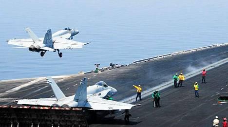 Yhdysvaltain merivoimien Super Hornet -taistelukoneet ovat pommittaneet jihadisteja Irakissa.