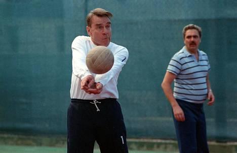 Intohimoisena urheilun harrastajana tunnettu Koivisto pelasi lentopalloa lomamatkallaan Kanarialla talvella 1990.
