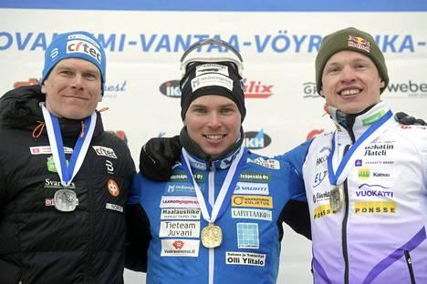 Ari Luusua (keskellä) voitti perinteisen hiihtotavan sprintin SM-kultaa huhtikuussa 2018 ennen Matias Strandvallia (vas.) ja Iivo Niskasta.