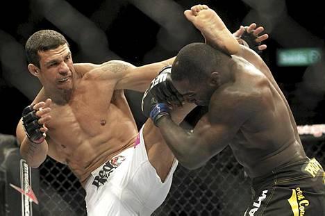 Vapaaottelu puhuttaa tänään Tukholmassa. Kuvassa Brasilian Viktor Belfort ja USA:n Anthony Johnson UFC-tapahtumassa Rio de Janeirossa.