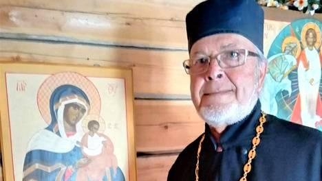 Rovasti Leevi Saatsi esittelee Kristuksen kirkastumisen tsasounaan palautettua Konevitsan Jumalanäidin ikonia.