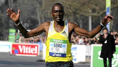 Peter Some tuuletti Pariisin maratonin yllätysvoittajana.
