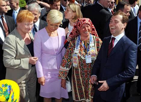 Vuonna 2008 suomalais-ugrilaisten kansojen maailmankongressi järjestettiin Hanti-Mansiassa. Mukana olivat muassa presidentti Tarja Halonen ja Venäjän presidentti Dmitri Medvedev. Viron presidentti Toomas Hendrik Ilves herätti tuolloin huomiota kokouksessa marssimalla ulos salista protestina venäläisten puheelle.