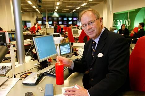 Uutisankkuri Kari Toivonen työpisteellään Yleisradion uutistoimituksessa 2004.