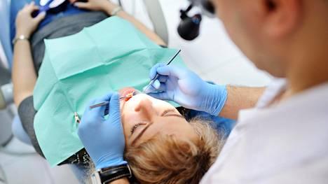Yhden implantin takia ei Budapestiin asti kannata lähteä, mutta agentin mukaan jo kahden implantin asennuksessa syntyy selvää säästöä.