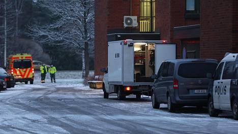 Poliisioperaatio Nurmijärven poliisitalon vieressä marraskuussa.