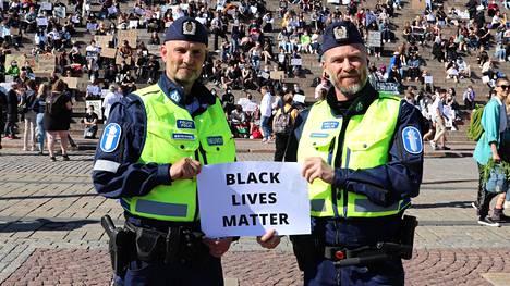 Vanhemmat konstaapelit Harri Soininen (vas.) ja Janne Korhonen pitävät mielenosoituksen sanomaa tärkeänä.