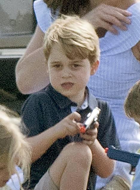 George tykkää monen muun pikkupojan tavoin kovasti leikkipyssyistä.