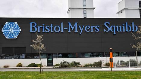 Lääkejätti Bristol-Myers Squibb ja Rockefeller-säätiö joutuvat vastaamaan kanteeseen oikeudessa.
