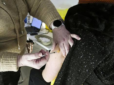 Asiakasta rokotettiin AstraZenecan rokotteella Metropolian Myllypuron kampuksen koronarokoteasemalla Helsingissä helmikuussa.