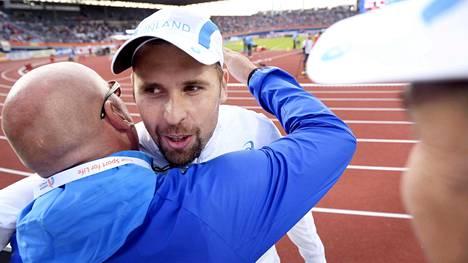 Antti Ruuskanen sai onnittelut valmentajaltaan Jarmo Hirvoselta EM-mitalin ratkettua.