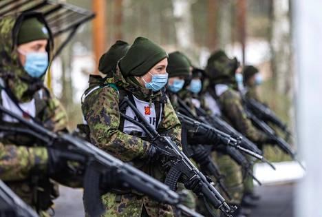 Puolustushallinnon Naiset, rauha ja turvallisuus -toimintaohjelman tavoitteiden mukaisesti naisten osuutta pyritään lisäämään muun muassa sotilaallisissa kriisinhallintatehtävissä.