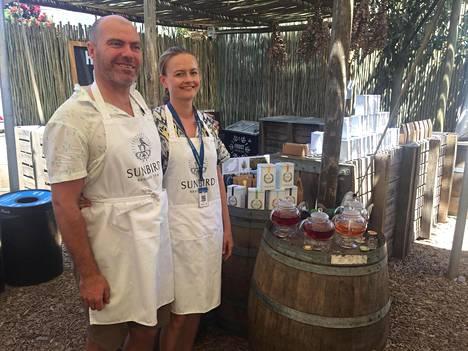 Anton ja Laura sorvin äärellä. –Miehelläni on viininviljelijän tausta, joten hän osaa aistia eri makuja ja kehittää sillä tavalla myymäämme teetä, Laura sanoo.