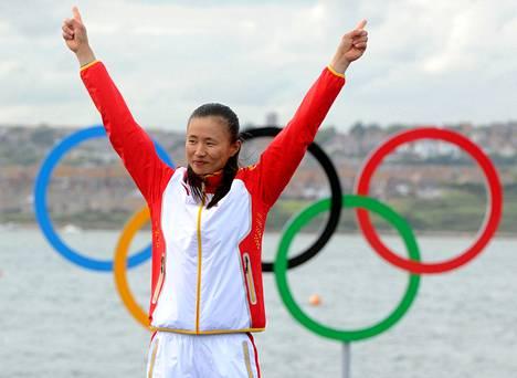 Xu Lijia juhli olympiakultaa Lontoon olympiaregatassa 2012 laser radial -luokassa.