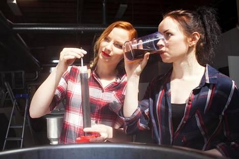 Lähes 6 vuoden ja 40 oluen jälkeen tytöttely on Lauran mukaan loppunut. Kuvassa naiset panevat olutta vuonna 2016.