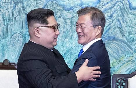 Kim ja Moon halasivat toisiaan julistettuaan asiansa kansainvälisille tiedotusvälineille.