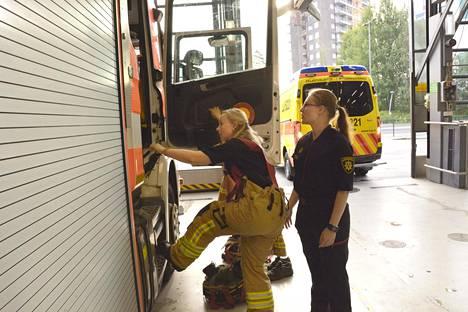 Ministeri on tutustunut toimialaansa haalaritasollakin. Tässä hän lähtee Espoon Niittykummun paloasemalta paloauton kyydissä kolaripaikalle.