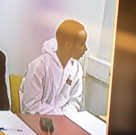 Rikokseen syyllistynyt mies kuvattuna vangitsemisoikeudenkäynnissä Oulun käräjäoikeudessa 17.10.2019.