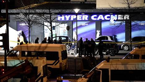 Poliisin rikospaikkatutkijat iskun kohteeksi joutuneen juutalaisen ruokakaupan edustalla 9. tammikuuta 2015.