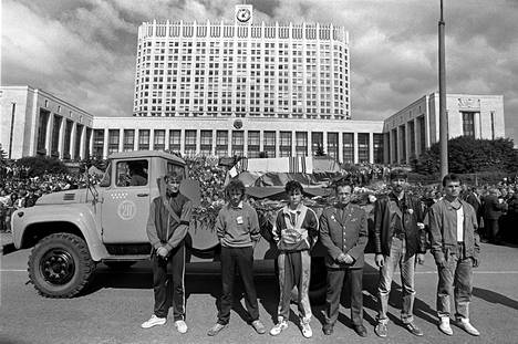 Vallankaappausyrityksen ainoaksi jääneessä verisessä kahakassa kuolleiden kolmen ihmisen hautajaissaattue pysähtyi Valkoisen talon edustalla 24. elokuuta 1991.